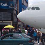 Aparecen celulares de pasajeros del avión perdido en Malasia en la calle 13 de Bogotá