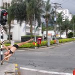 Pole dance en semáforos de Medellín desata polémica