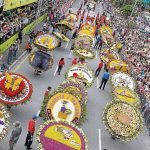 Polémica por silleta homenaje a jean sin bolsillo en Feria de las Flores