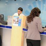 Pánico entre clientes de banco que decidió poner a funcionar todas las cajas