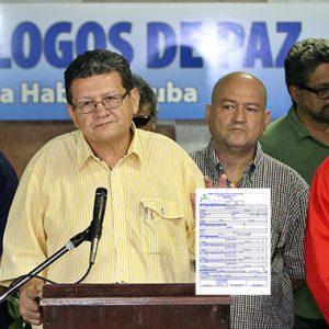 """""""Nos pusieron a llenar este formatico y a autenticarlo en notaría"""", parece decir Pablo Catatumbo."""