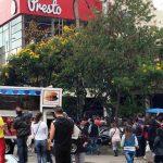 Vendedores de hamburguesas hacen su agosto en filas de Presto