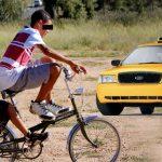 Taxistas atacaron a ciclista con pasajero durante día sin carro creyendo que era Uber