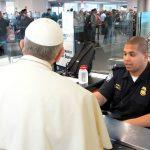 El inconveniente que demoró al Papa durante su paso por inmigración en Washington