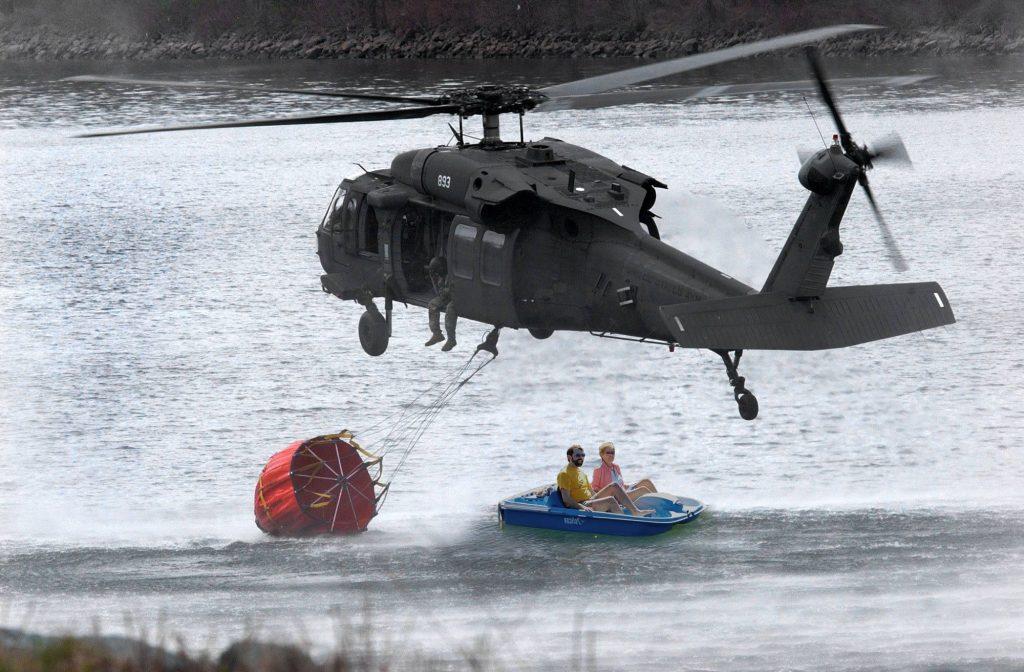 Se pide a los usuarios de las lanchas de pedales no arrimarse a los helicópteros cuando cargan el agua.