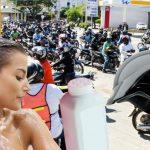 Mototaxistas protestan por olor de pelo mojado en cascos